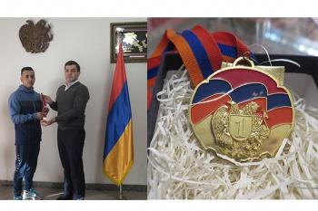 Իրանցի մարզիկ Ահմադ Բաղերիփուրը իր ոսկէ մեդալը նւիրել է զոհւած հայազգի մարզիկ Արթուր Սուքիասեանի ընտանիքին